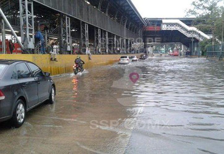 La inundación de esta zona continúa complicando la circulación. (@OVIALCDMX)