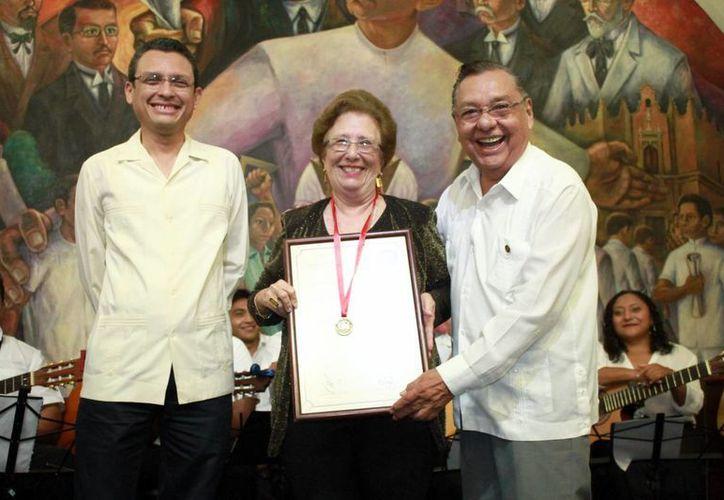 Con mucha alegría recibió María Teresa Herrera Albertos (centro) el reconocimiento a su trabajo. (Milenio Novedades)