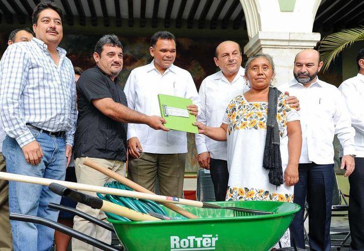 Entrega de implementos como parte del Programa de Empleo Temporal en Yucatán. (Cortesía)