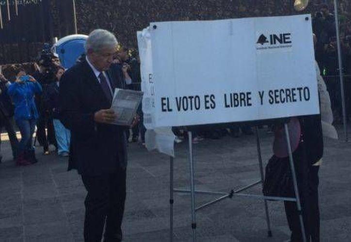 Andrés Manuel López Obrador, líder nacional de Morena, emitió su voto en la Ciudad de México. (Milenio Digital)