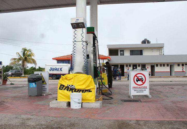 La única estación de servicio de gasolina en la comunidad, permanece cerrada. (Joel Zamora/SIPSE)