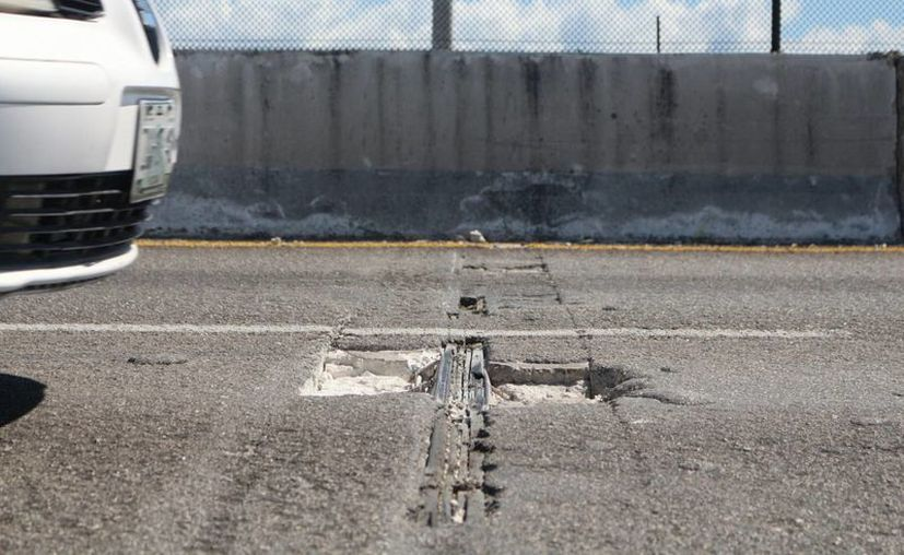 Las lluvias recientes desgastaron las obras realizadas en el puente vehicular hace un mes. (Adrián Barreto/SIPSE)