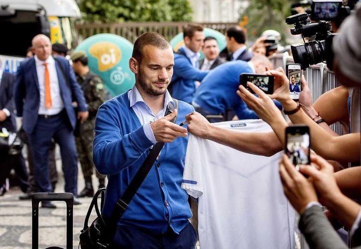 El mediocampista de Holanda, Wesley Sneijder, saluda a los fans que aguardaban la llegada del equipo al hotel Ceasar Park Ipanema, en Río de Janeiro. (EFE)