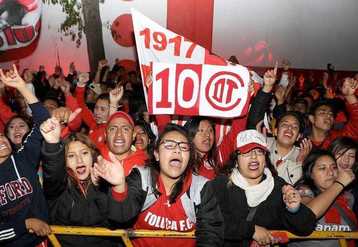 Aficionados del Toluca acudieron al 'Nemesio Diez' para iniciar la celebración del Centenario del equipo 'choricero'.(Foto tomada de Facebook/Toluca)