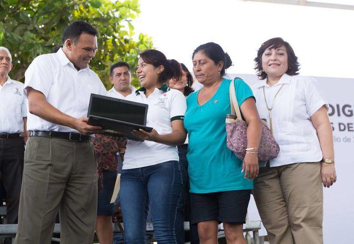 El gobernador al momento de entregar apoyos del programa Bienestar Digital, que pretende proporcionar 50 mil computadoras durante la actual gestión estatal. (Foto: José Acosta/SIPSE)