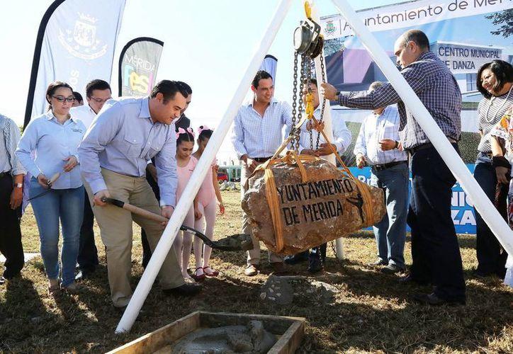 Autoridades encabezan el inicio de la construcción del centro. (Milenio Novedades)