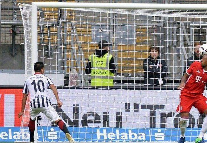 Momento en el que Fabián marcó el 2-2, que le dio el empate a su equipo Eintracht Frankfurt. (Facebook/ Marco Fabián)
