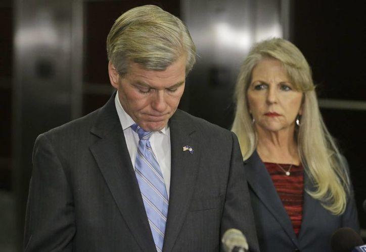 El exgobernador de Virginia Bob McDonnell y su esposa Maureen durante una conferencia de prensa en Virginia. (Agencias)