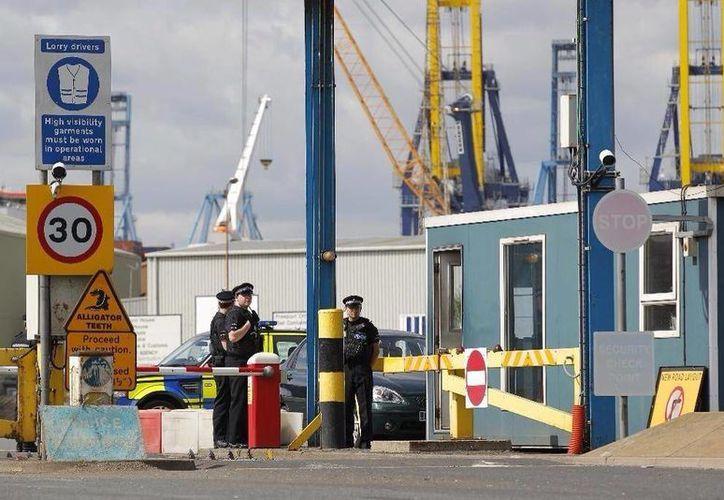 La policía de Essex ha puesto en marcha una investigación sobre las 35 personas halladas en un contenedor en el puerto de Tilbury. (twitter.com/GuateNewsLA)