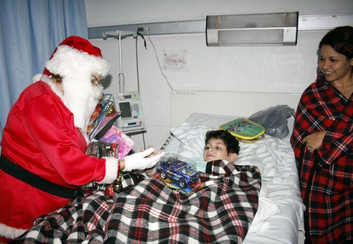 Leonardo recibe un carrito de parte de Santa Claus. (Theany Ruz/SIPSE)