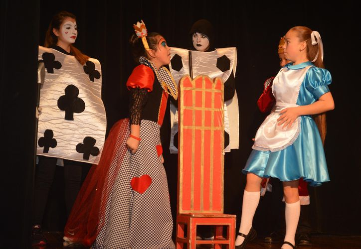 El público disfrutó del talento de los niños del grupo actoral, en la obra del cuento clásico. (Foto: Redacción)