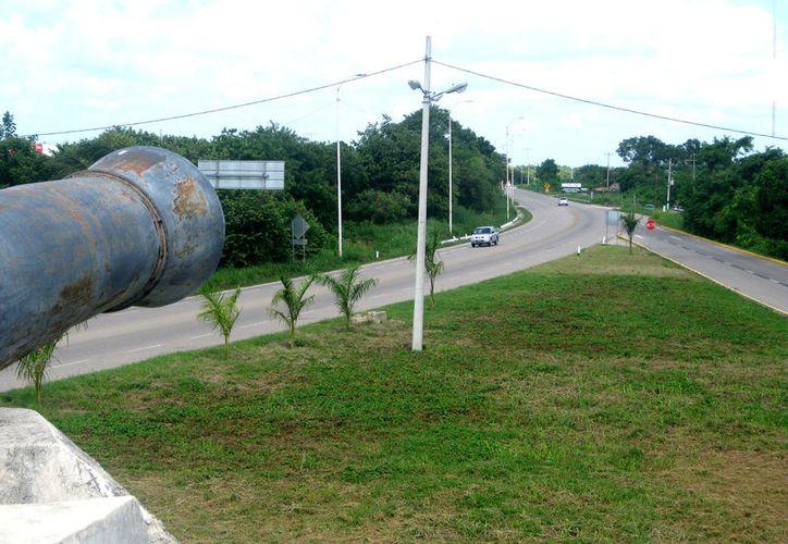 Los automovilistas ingresan a la ciudad a toda velocidad, sin que nada los obligue a desacelerar para evitar accidentes.