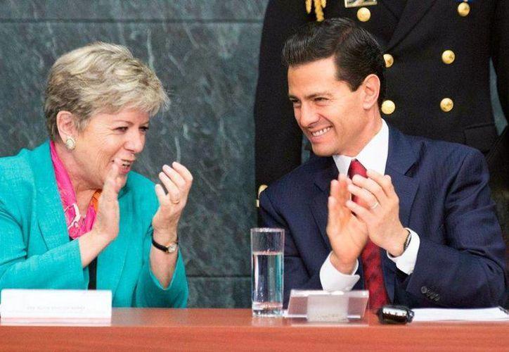 Peña Nieto destacó el trabajo de la Comisión Económica para América Latina y el Caribe (Cepal), con cuya titular, Alicia Bárcena Ibarra, aparece en esta imagen. (Facebook/Enrique Peña Nieto)