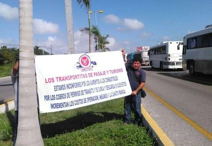 Los transportistas se colocaron en un solo carril. (Sergio Orozco/SIPSE)