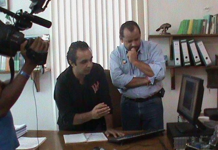 El entonces delegado de la dependencia federal, Jacinto Sosa Novelo (d), y la cámara de Televisa durante la presentación de las pruebas de la investigación. (Jorge Moreno/SIPSE)