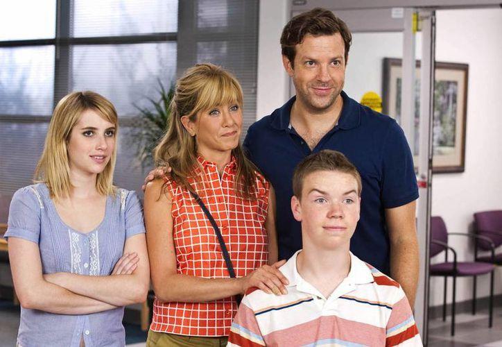 La familia de We're the Millers, integrada por Emma Roberts (i), Jennifer Anistron (c), Jason Sudeikis (d) y al frente Will Poulter. (Agencias)