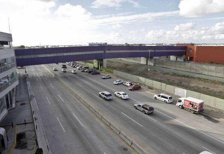 Los peatones deberán caminar unos 120 metros para llegar del aeropuerto de Tijuana hacia la estación migratoria de San Diego. (AP)