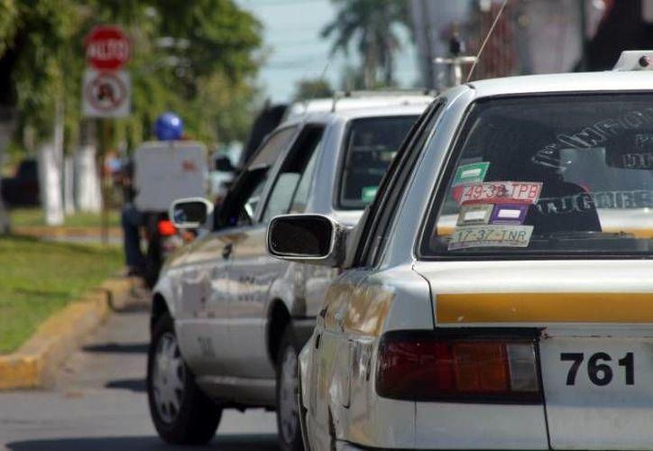 El taxista discapacitado, maneja su unidad con una mano. (Foto de contexto/SIPSE)