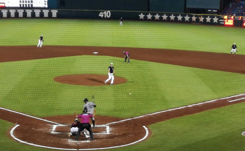 los Tigres atacaron al recién ingresado pitcher oaxaqueño, C.J. Retherford. (Foto: Raúl Caballero/SIPSE).