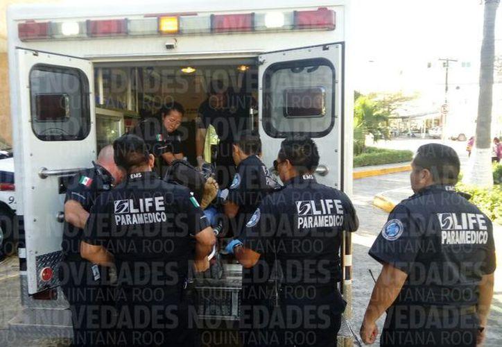 Paramédicos de Life le brindaron las primeras atenciones médicas a la víctima. (Foto: Redacción/SIPSE)