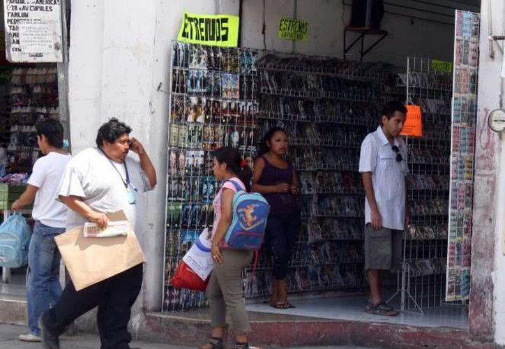 En el primer cuadro de Mérida operan al menos 25 locales que ofertan miles de artículos piratas. (SIPSE)