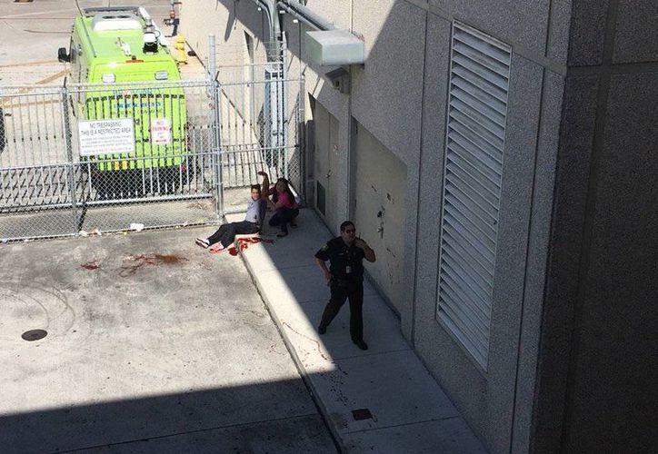 Se informó que el ataque en el aeropuerto internacional de Fort Lauderdale de Florida fue realizado por una sola persona. Imagen de uno de los heridos durante el tiroteo. (twitter.com/TreyYingst)
