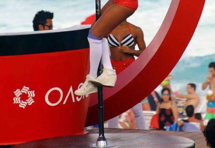Las jóvenes demostraron bailes en el escenario. (Gonzalo Zapata/SIPSE)