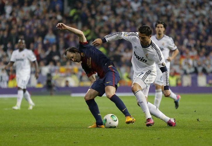 Alves criticó que Cristiano Ronaldo (d) no haya sido amonestado por una dura falta que cometió. (AP)