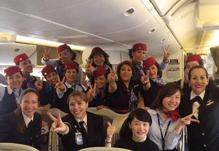 En imagen, la tripulación de Aeroméxico conformada por una capitán, dos copilotos y 10 sobrecargos que hicieron historia al completar el primer vuelo femenino entre dos continentes. (Facebook: Aeroméxico)