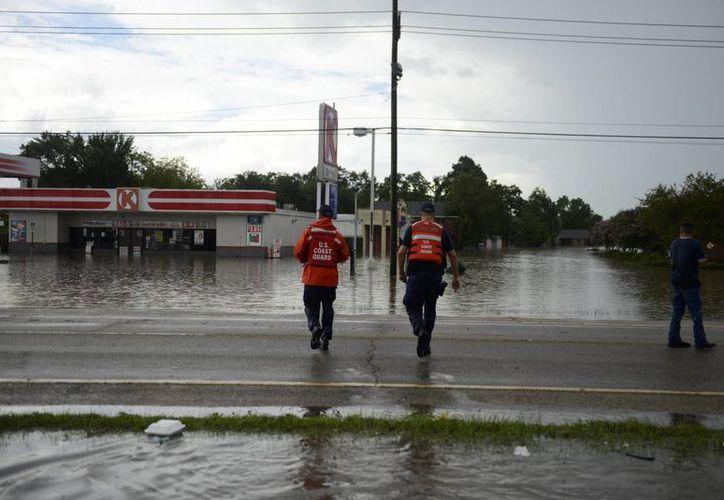 Guarda costas se dirigen a auxiliar a los residentes durante las inundaciones en Baton Rouge, Louisiana. (EFE/Guardia Costera)