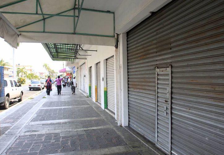 El cierre de comercios en la capital se vuelve una constante. (Harold Alcocer/SIPSE)