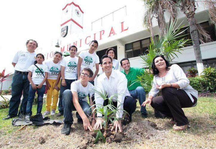 Estudiantes y autoridades acompañaron al ambientalista para la siembra de plantas. (Cortesía/SIPSE)