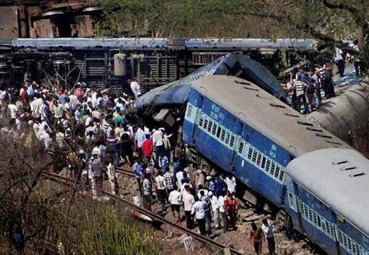 El Expresso Rajdhani realizaba la ruta de Nueva Delhi a Dibrugarh, en el estado nororiental de Assam, cuando se descarriló cerca de la estación Chhapra en Bihar. (twitter.com/Dossier33)