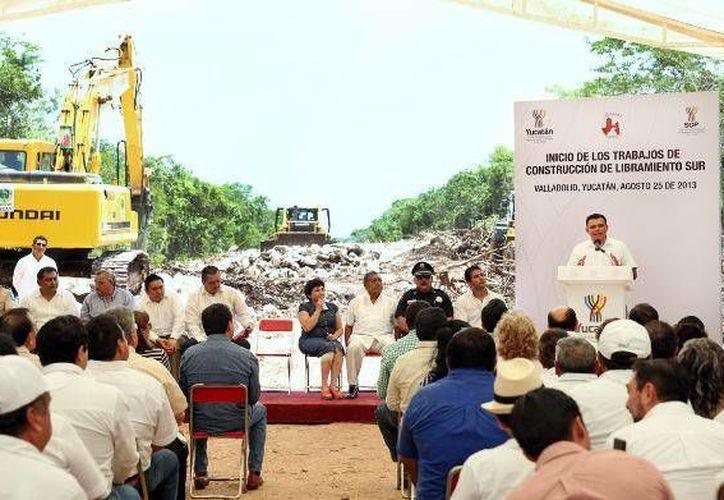 Ayer, el Gobernador avaló el inicio de la construcción del libramiento sur de Valladolid, con recursos mayores a los 52 millones de pesos. (Cortesía)