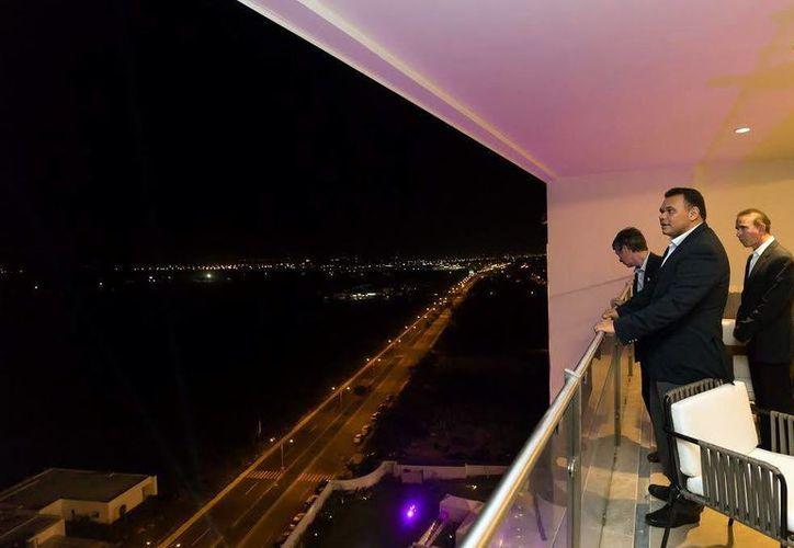 Rolando Zapata Bello observa la Ciudad desde una de las torres. El proyecto inmobiliario consta de dos torres con 102 apartamentos de lujo. (Milenio Novedades)