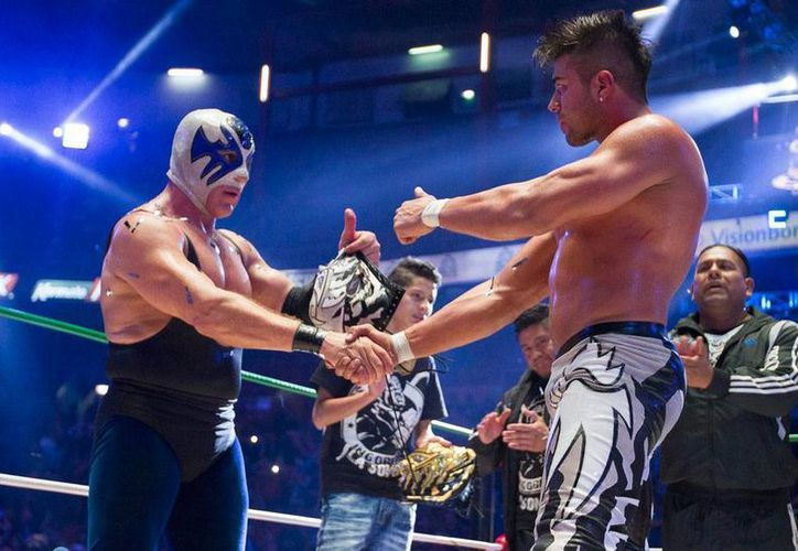 'Atlantis' (izq.) y 'La Sombra' se saludan como 'caballeros', luego de protagonizar la lucha máscara contra máscara que perdió el segundo. (NTX)