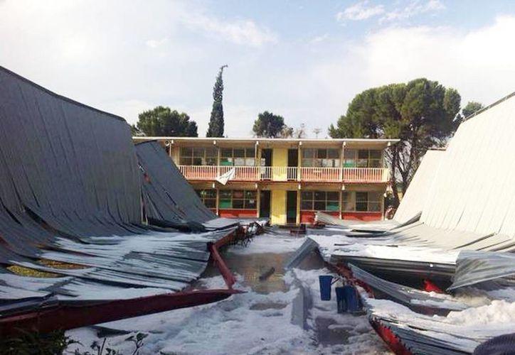 Imagen de las canchas de la secundaria No. 5 en Saltillo, donde colapsó el techo del patio debido a la acumulación de granizo. (@IsidroLopezV)