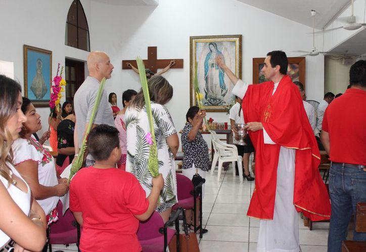El legionario de Cristo realizó la tradicional bendición de las palmas. (Adrián Barreto/SIPSE)