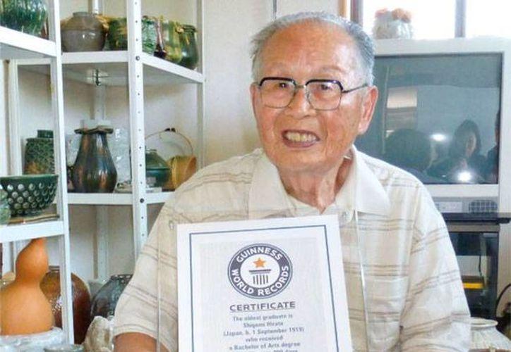 Shigemi Hirata muestra el certificado de los Récord Guinness por obtener el título universitario a los 96 años y 200 días de edad. (Foto tomada de www.japantimes.co.jp)