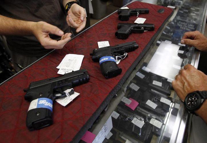 Vista de varias armas que se exhiben para su venta en el almacén 'Rink's Gun and Sport' en Lockport, Illinois, EU. (EFE/Archivo)