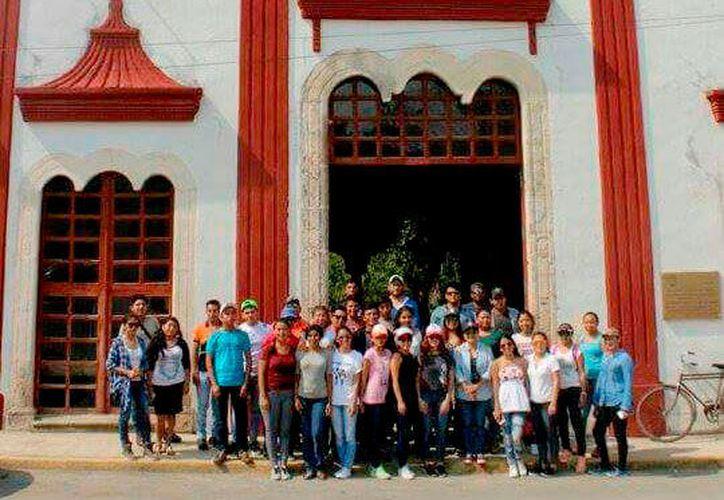 Los turistas tuvieron la oportunidad de visitar el cenote de Sacalaca y su iglesia. (Foto: Tony Blanco / SIPSE)