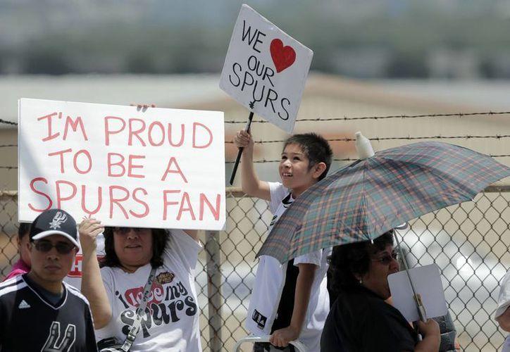 A pesar de la derrota, algunos fans acudieron al aeropuerto a recibir a los subcampeones. (Foto: Agencias)
