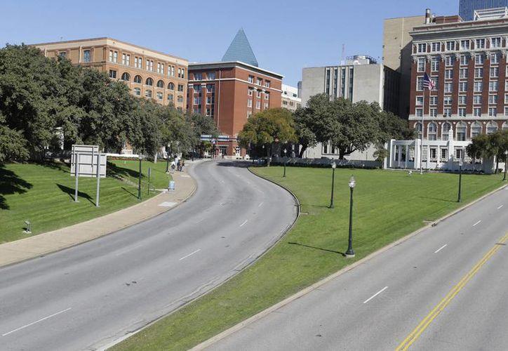 Depósito de Textos Escolares de Texas (izq), el edificio donde trabajaba Oswald y desde donde hizo los disparos que mataron a Kennedy en 1963. (Agencias)