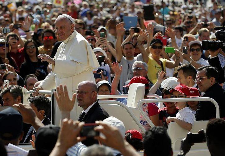 El Papa Francisco a su llegada para su audiencia general semanal en la Plaza de San Pedro en el Vaticano. (Agencias)