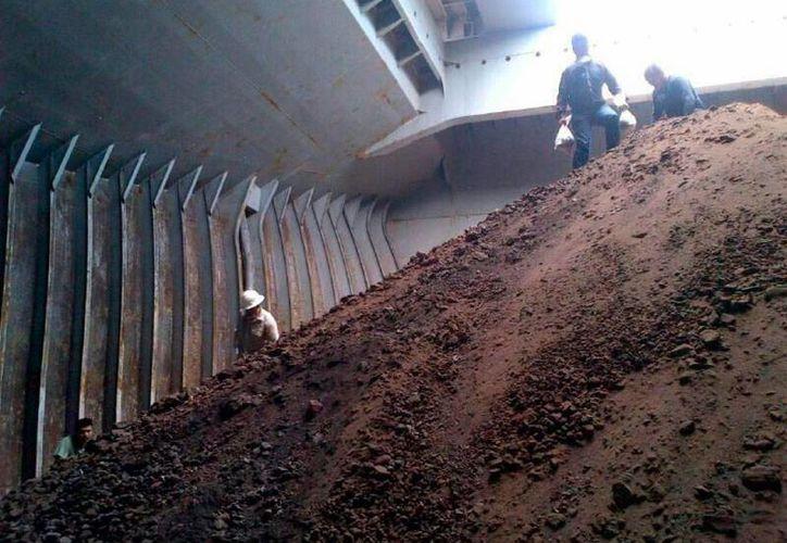 El Gobierno anunció el decomiso de 100,000 toneladas de mineral, en un operativo en Manzanillo. La foto corresponde a otro decomiso similar, el pasado 30 de abril. (Archivo/mexicolainformacion.com)