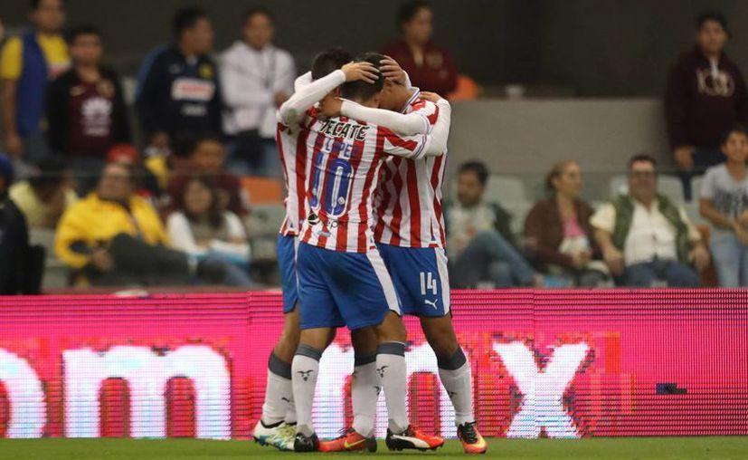 Una noche redonda para las Chivas al vencer 3-0 en el Clásico Nacional a unas Águilas que nunca aparecieron en el Azteca. (Notimex)