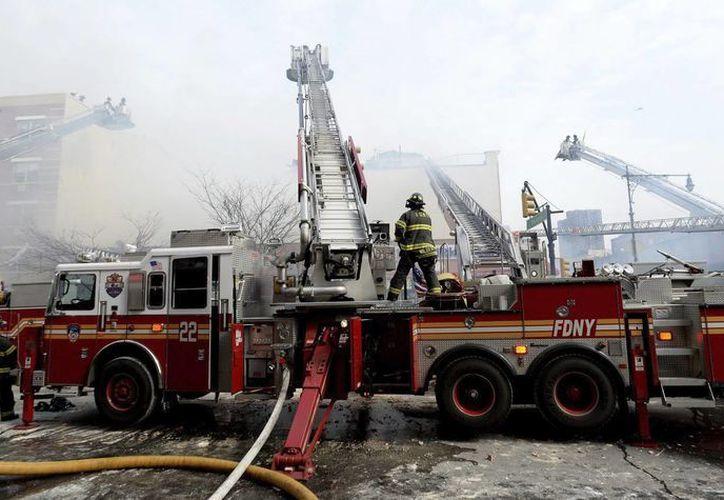 El siniestro que afectó dos edificios en Nueva York se debió a una explosión tras el acumulamiento de gas. (EFE)