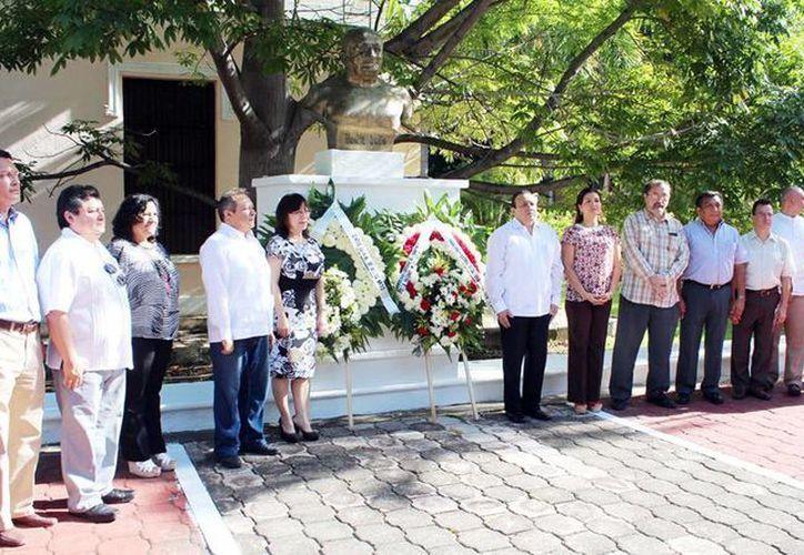 Se depositó una ofrenda floral al pie del busto del escritor  Antonio Mediz Bolio en la plaza que lleva su nombre, en el Centro Estatal de Bellas Artes. (SIPSE)
