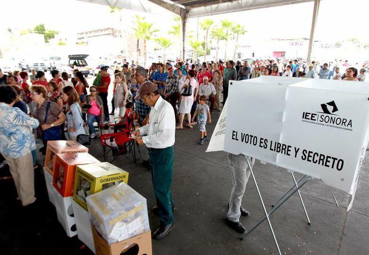 Para el INE, la ciudadanía optó por mantener las elecciones como vía legítima para la renovación de los cargos públicos. En la imagen, votantes en una casilla de Hermosillo, Sonora, el 7 de junio de 2015. (Notimex)