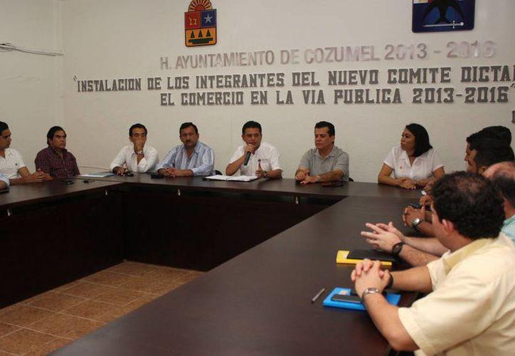El séptimo regidor tomó protesta a los integrantes del comité. (Cortesía/SIPSE)